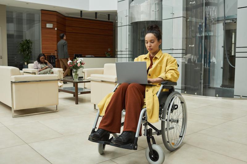 Interiores corporativos inclusivos y accesibles